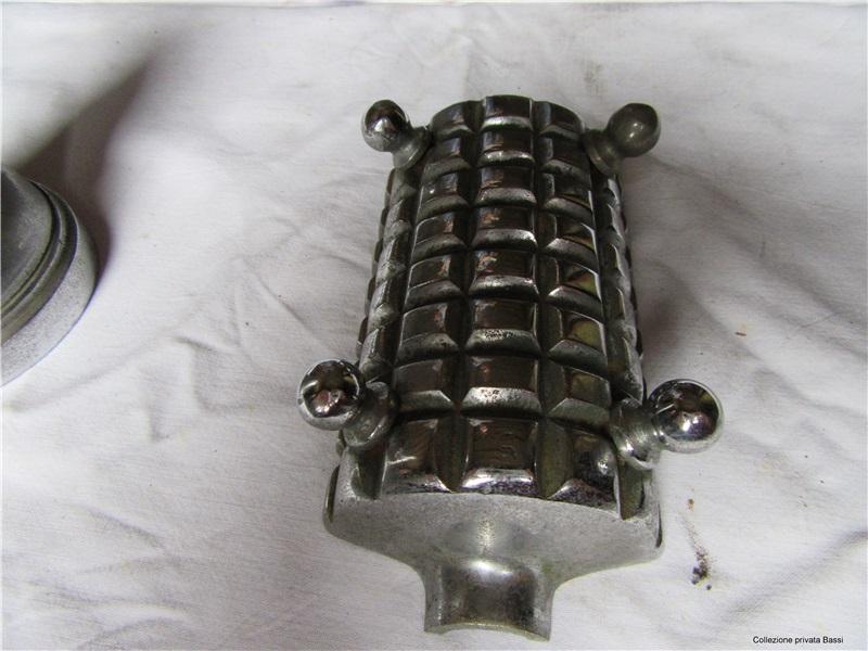 Posacenere ricavato da mezza granata cilindrica tedesca